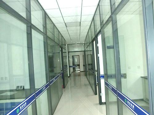 抛光地砖+全玻璃隔断+石膏板吊顶