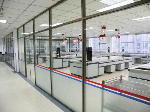 PVC地板+全玻璃隔断+石膏板吊顶